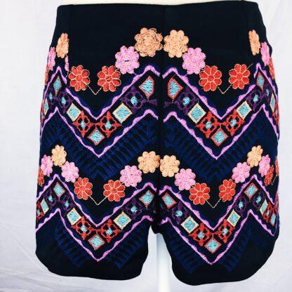 Shorts mit bunter Bohostickerei